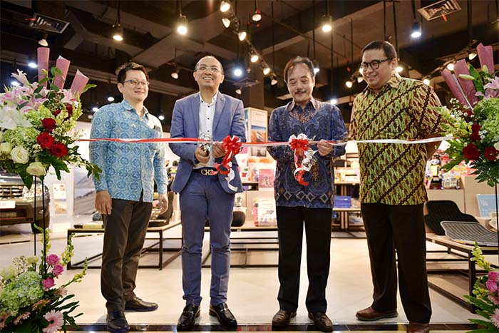 Pemotongan pita sebagai simbol peresmian Gerai Autobacs-Renault di Supermal Karawaci. Foto 1 (ki-ka) : Djoni Sutanto, Direktur PT Autobacs Indomobil Indonesia; Heru Nasution (Managing Director Supermal Karawaci); Jusak Kertowidjojo (Presiden Direktur PT Indomobil Sukses International, Tbk); dan Ario Soerjo (Sales & Marketing Division Head PT Auto Euro Indonesia)