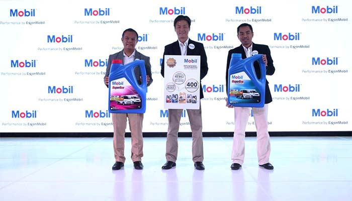 (Dari kiri ke kanan) Alfin Kurniadi, General Manager Automotive ExxonMobil Lubricants Indonesia; Michael Li, Marketing Director ExxonMobil Lubricants Indonesia; dan Lukman Hakim, General Manager Distributor Business ExxonMobil Lubricants Indonesia berfoto bersama untuk meresmikan peluncuran Mobil SuperBox di Jakarta, 17 Mei 2017.